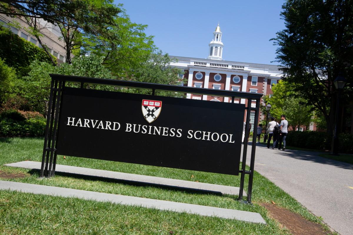 Vista frontal del Harvard Business SchoolEstimar el costo real de un MBA de Harvard Business School