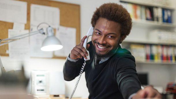 hombre joven trabajando como oficinista
